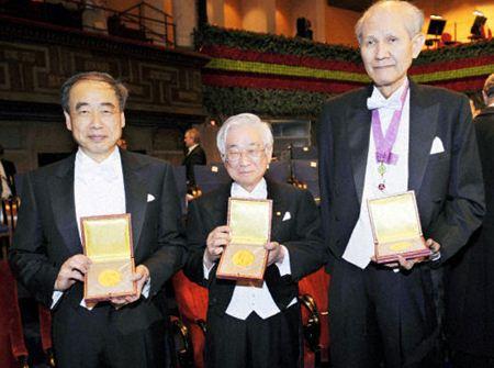2008年のノーベル物理学賞を受賞した(左から)小林誠さん、益川敏英さん、化学賞の下村脩さん